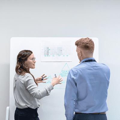Kvinna och man framför whiteboard